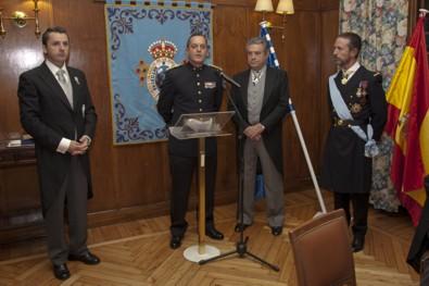 El Ilmo. Sr. Coronel D. Carlos Díez de Diego, pronunciando unas palabras. A la izquierda el Ilmo. Sr. D. Manuel Luis Ruiz de Bucesta y Álvarez. A la derecha el Excmo. Sr. D. Francisco de Borbón, Duque de Sevilla y el Excmo. Sr. D. Manuel Mª Rodríguez de Maribona y Dávila